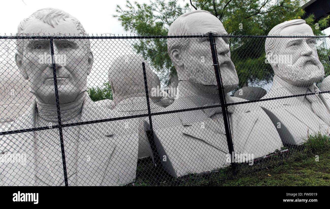 Houston, Texas, Stati Uniti d'America. 30 Mar, 2016. Teste presidenziali dello scultore David Adickes sono memorizzati al Adickes Sculpturworx Studio fino ad un punto di tempo quando una casa permanente è trovata per loro. Credito: Brian Cahn/ZUMA filo/Alamy Live News Foto Stock