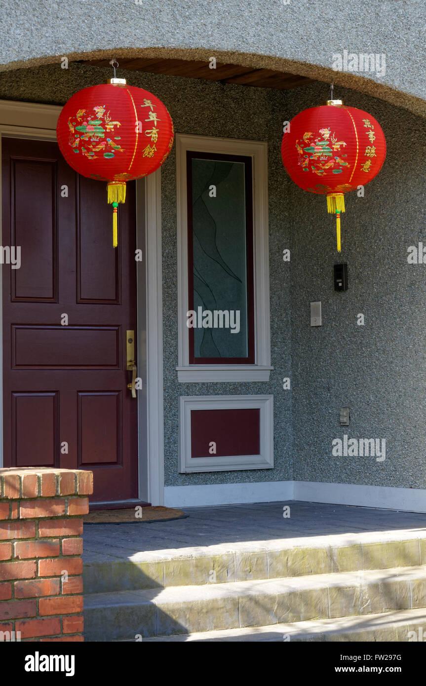 Nuovo anno lunare cinese rosso lanterne di carta appeso al di fuori di una casa in Vancouver, BC, Canada Immagini Stock