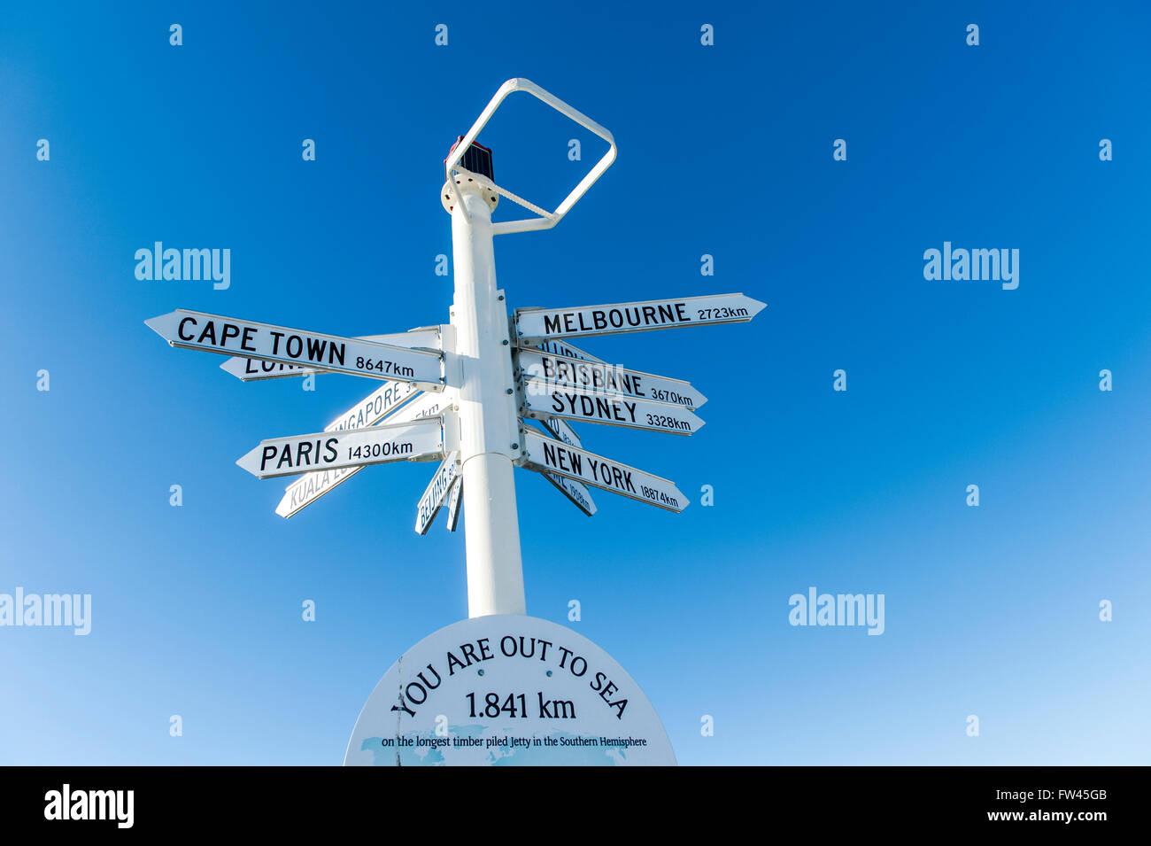 Marcatore per città del mondo, che segna la fine della lunga jetty nell'emisfero australe, Busselton, Australia Foto Stock