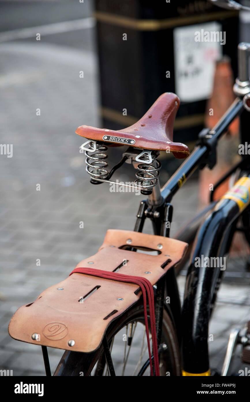 Brooks in sella in cuoio bike rack alla moda velo Immagini Stock