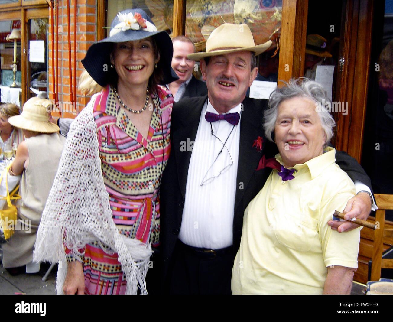 Diners in costume per Bloomsday, Giugno 16th, fuori Caviston's restaurant, Glasthule, Co. Dublino, Irlanda, Immagini Stock