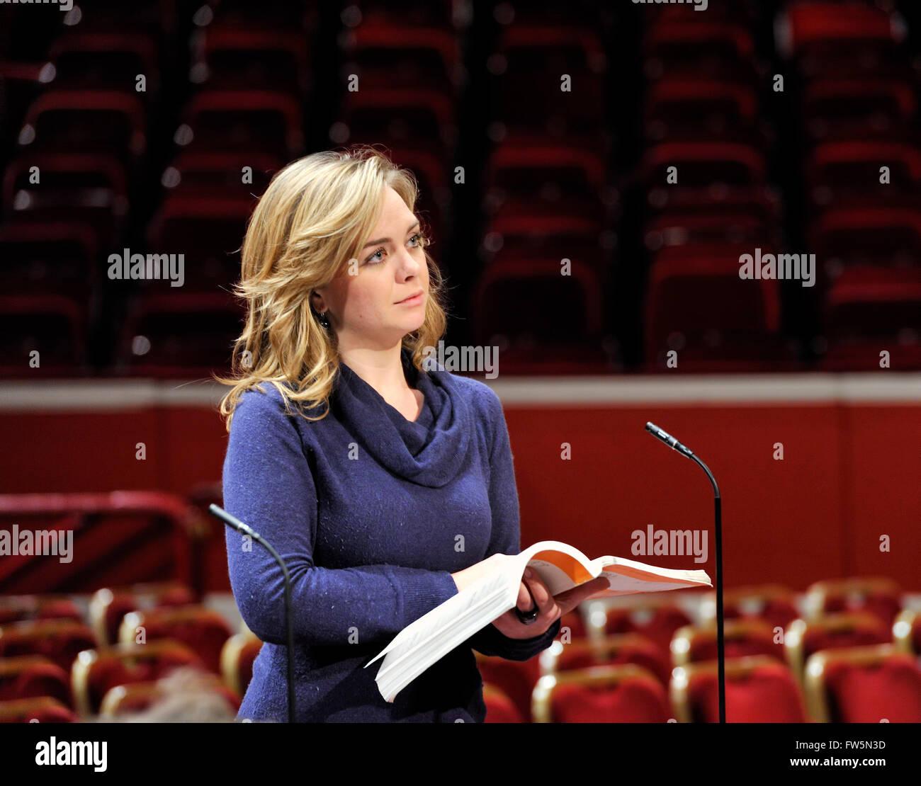 Stephanie Lewis, mezzo-soprano. Ha studiato presso il Royal College of Music di Benjamin Britten International Opera Immagini Stock