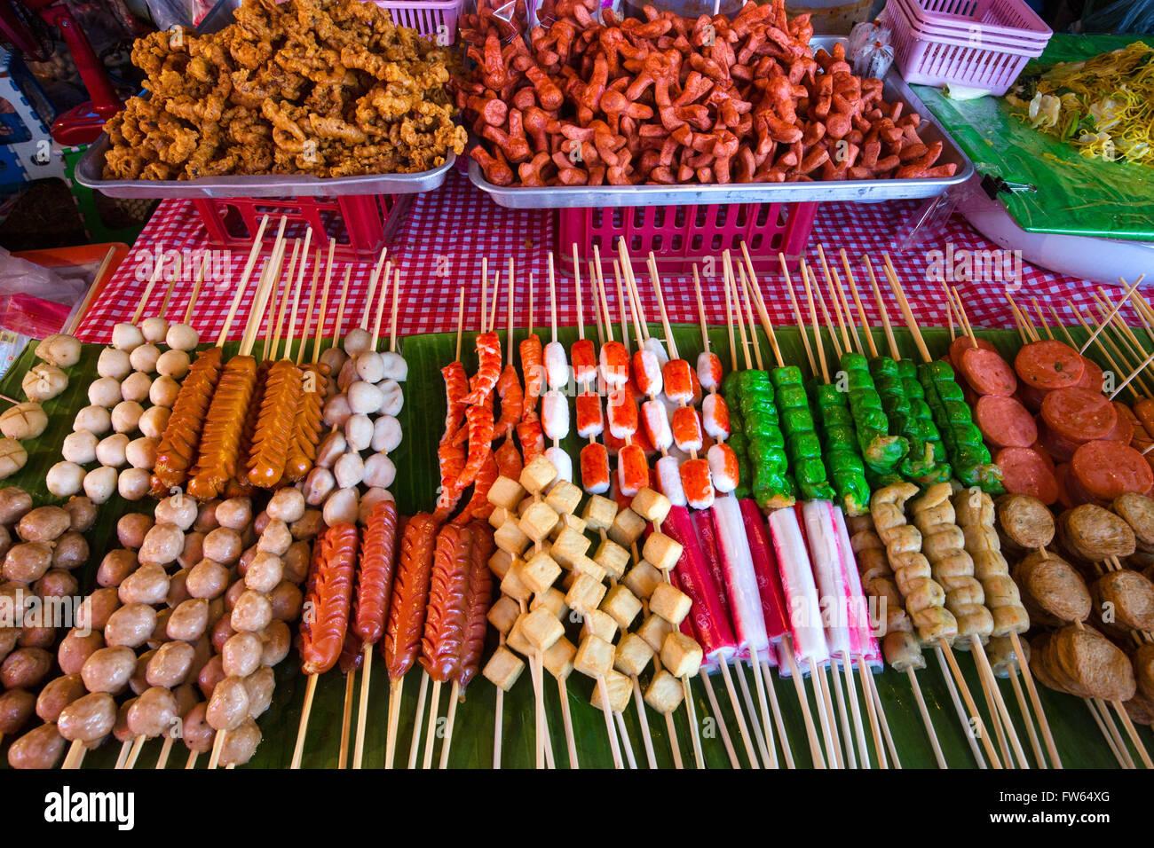 Pressione di stallo di mercato con vari spiedini di carne e pesce e salsiccia, stallo alimentari, alimenti per la Immagini Stock
