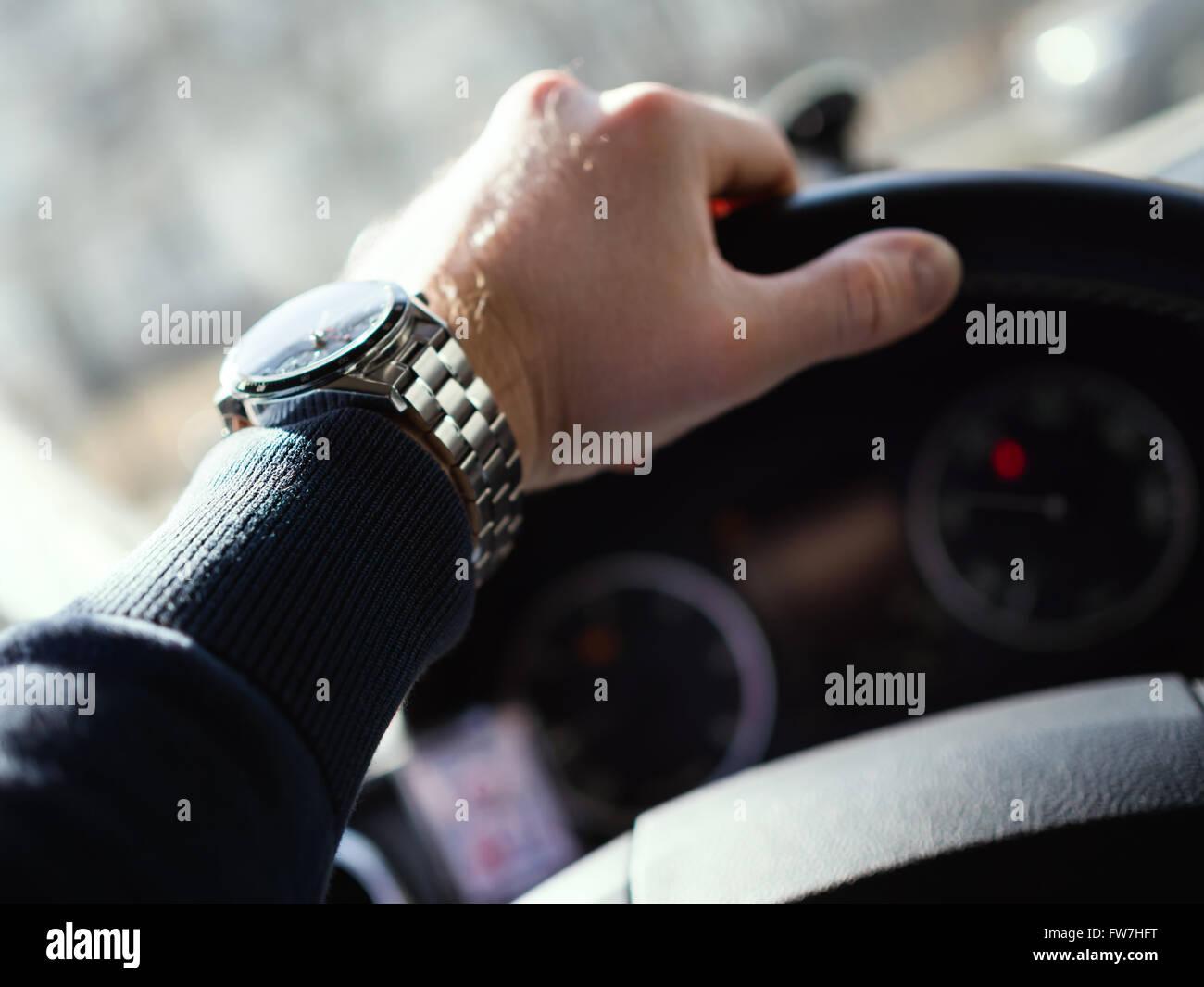 Close-up di uomo di mano sul volante. Profondità di campo. Immagini Stock