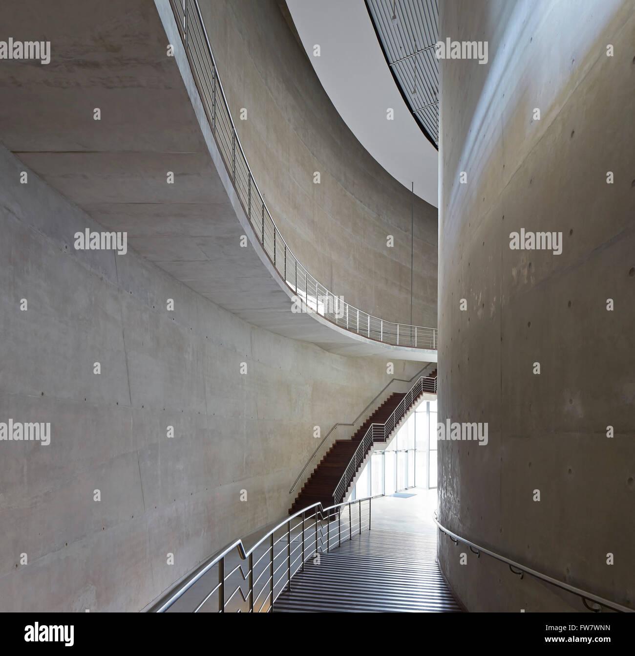 Curvatura di calcestruzzo con scalinate e galleria. La Cidade das Artes, Barra da Tijuca, Brasile. Architetto: Christian Immagini Stock
