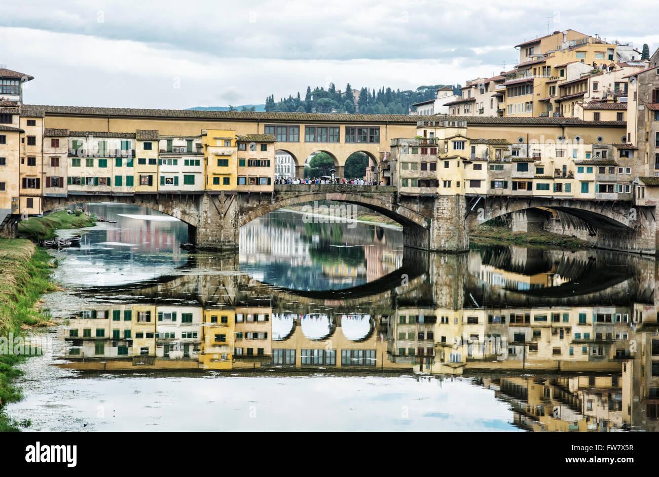 Il Ponte Vecchio è specchiata nel fiume Arno, Firenze, Toscana, Italia. Destinazione di viaggio. Il patrimonio Immagini Stock