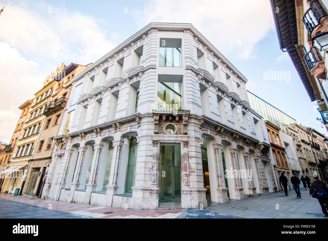 Oviedo, Spagna. Il 31 marzo, 2016. Al di fuori del museo durante la riapertura del Museo di Belle Arti di Asturias Immagini Stock