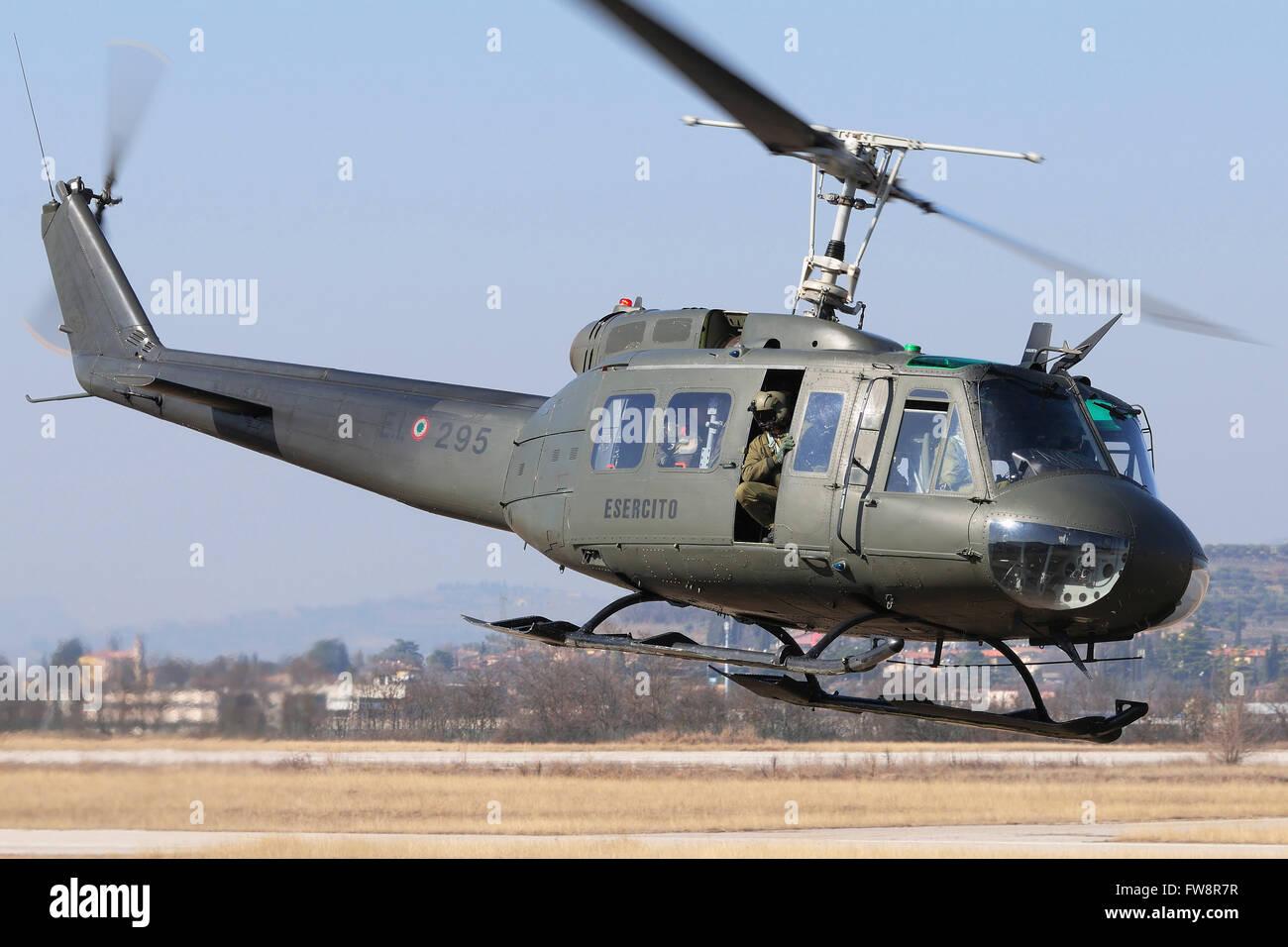 Elicottero 205 : Un esercito italiano ab elicottero decollare per una missione
