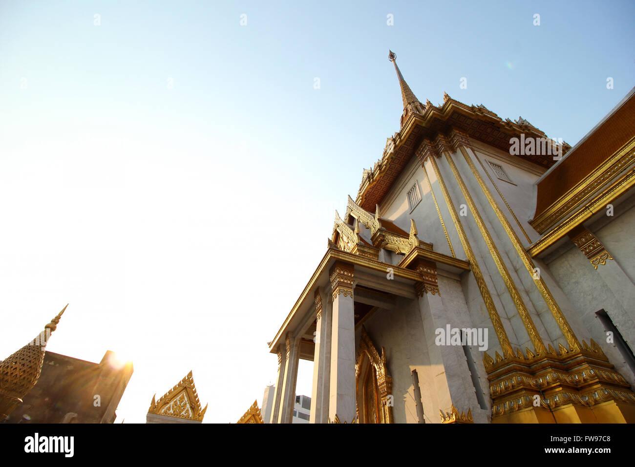 Guardando il maestoso Wat Traimit, Bangkok, Thailandia Immagini Stock