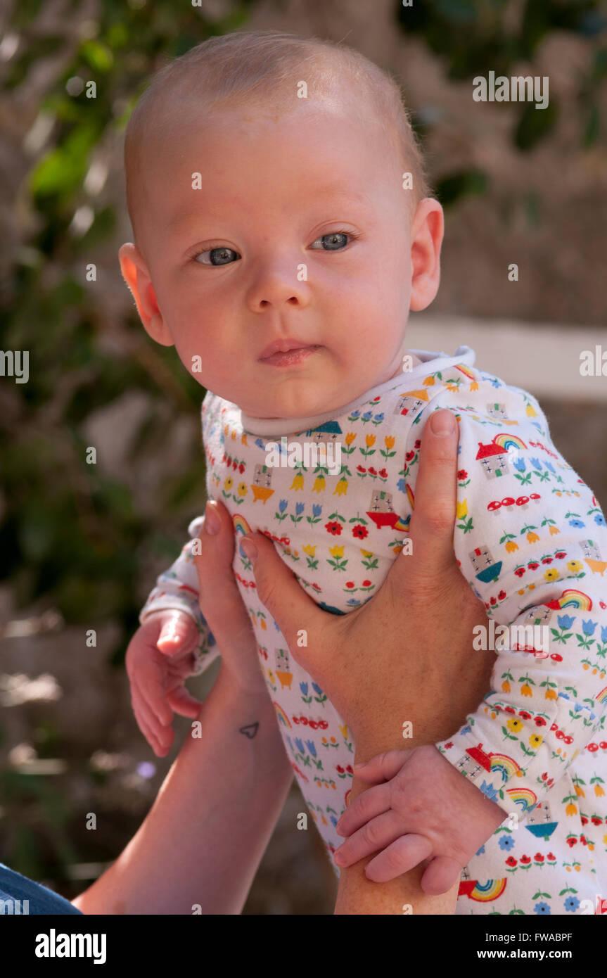 Baby sollevato in aria Immagini Stock