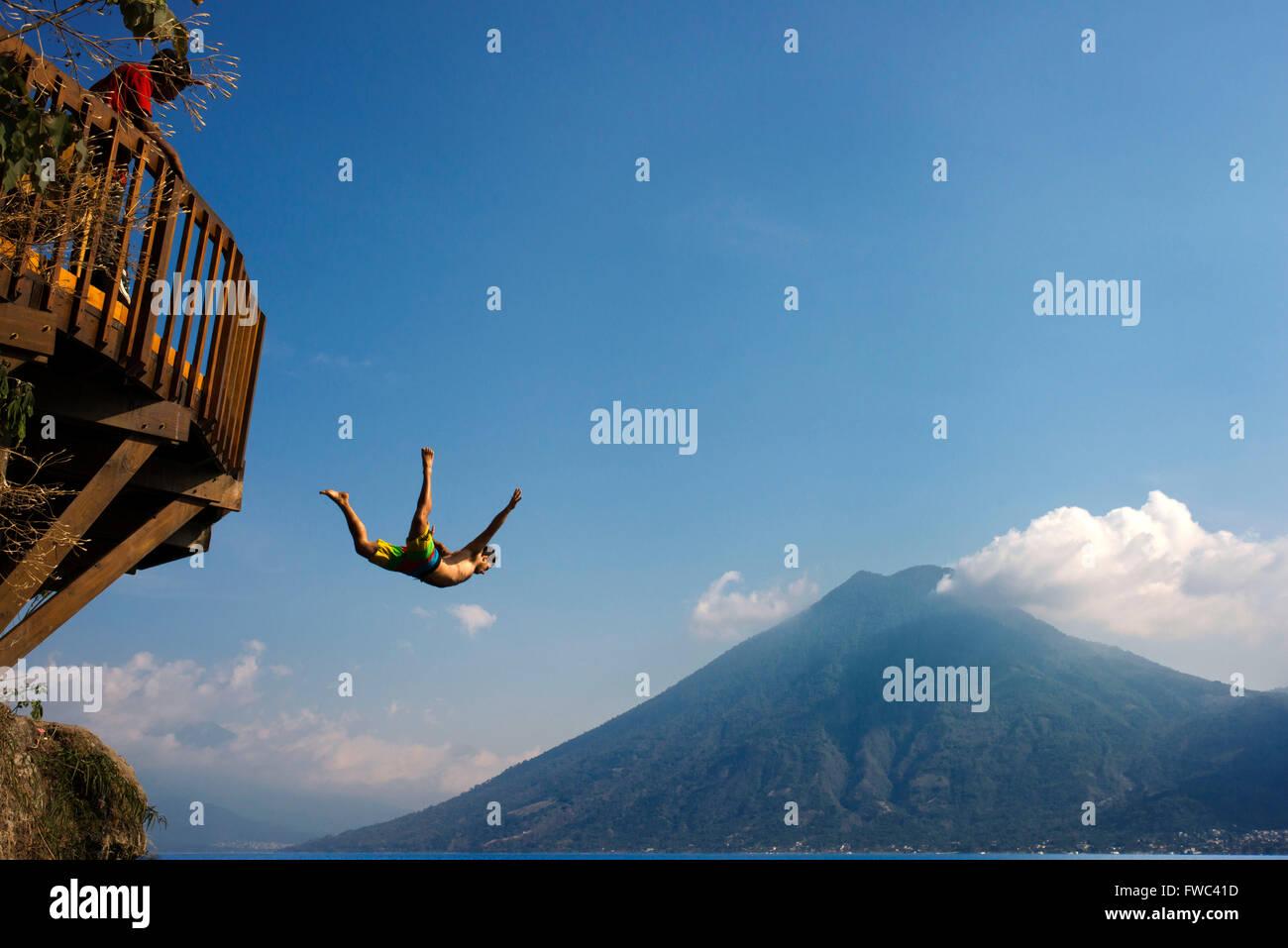 San Marcos La Laguna, lago Atitlán jump: Cerro Tzankujil Trampolin e Miradores. Persone prese le immagini e Immagini Stock