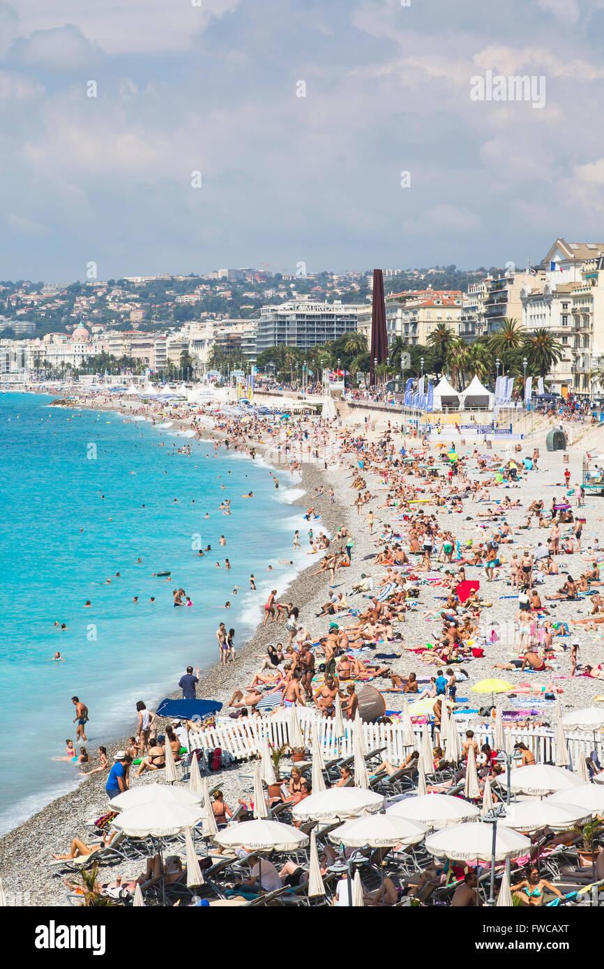 Nizza Costa Azzurra, Cote d'Azur, in Francia. La spiaggia e la Promenade des Anglais visto da Parc de la Colline Immagini Stock