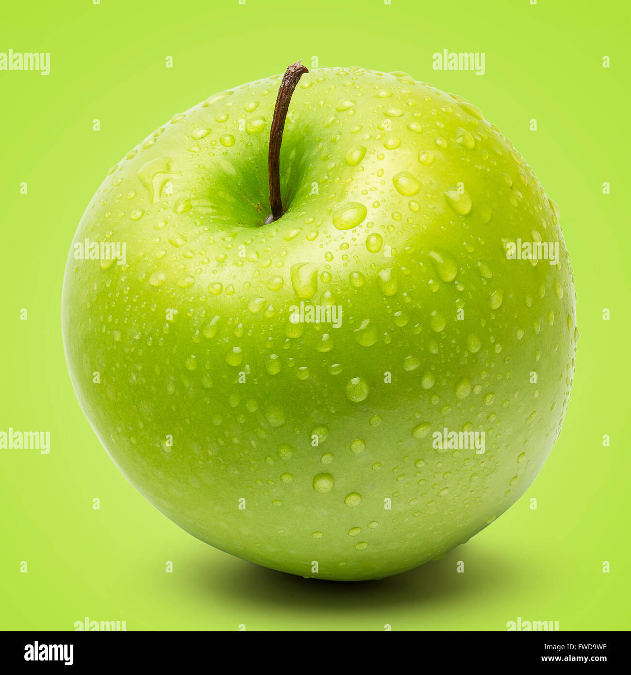 Perfetta Fresca mela verde isolato su sfondo verde in pieno la profondità di campo. Immagini Stock