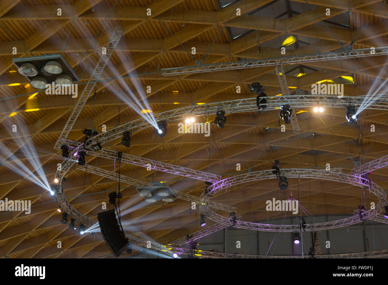 Stadio rack luci con faretti sul soffitto con travi in legno a vista