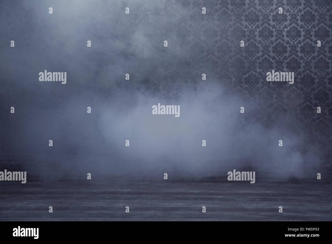 Misteriosa stanza riempita con un denso fumo grigio Immagini Stock