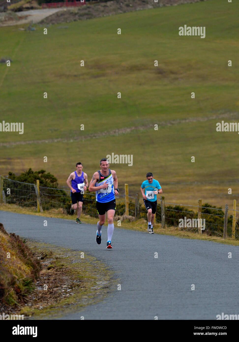 Guide di scorrimento in concorrenza in salita re di The Warriors road race in Burt, County Donegal, Irlanda. Immagini Stock