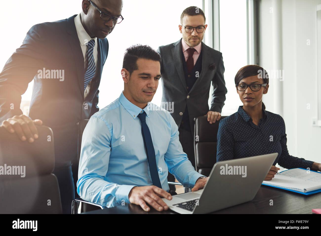 Gruppo di diverse persone di affari in abbigliamento formale all'interno del loro ufficio a discutere o guardando Foto Stock
