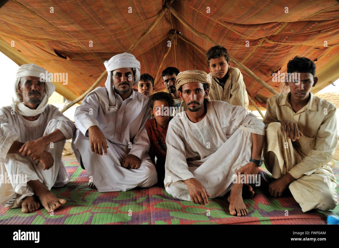Gli uomini, Rashaida camp nei pressi di Kassala Immagini Stock