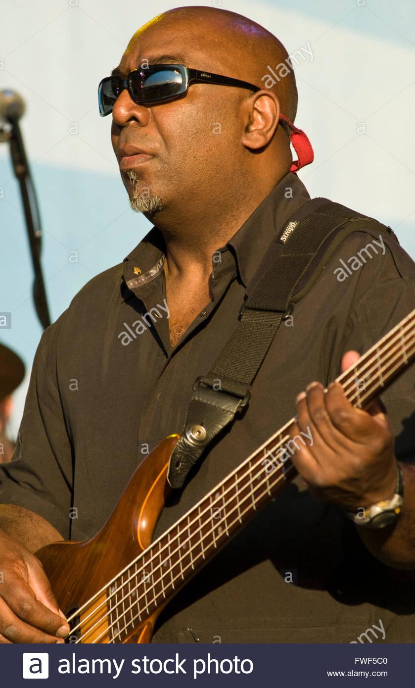 Pagina Nick aka Dubulah, bass player di Dub Colossus presso il Festival Wychwood, REGNO UNITO, 31 maggio 2009. Immagini Stock