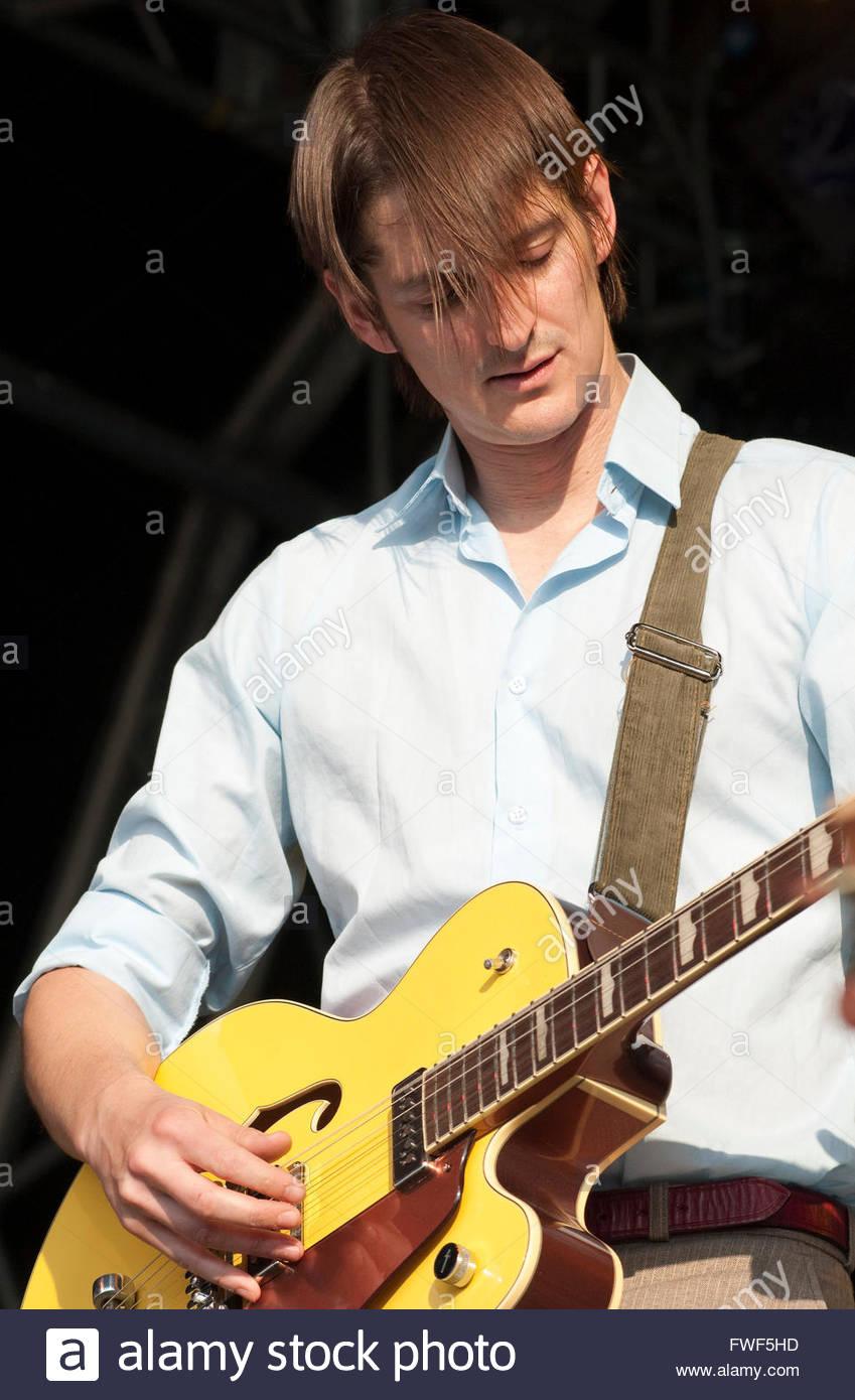 La società di svago, cantante Nick Hemming effettuando in corrispondenza di Wychwood Festival, Regno Unito, Immagini Stock