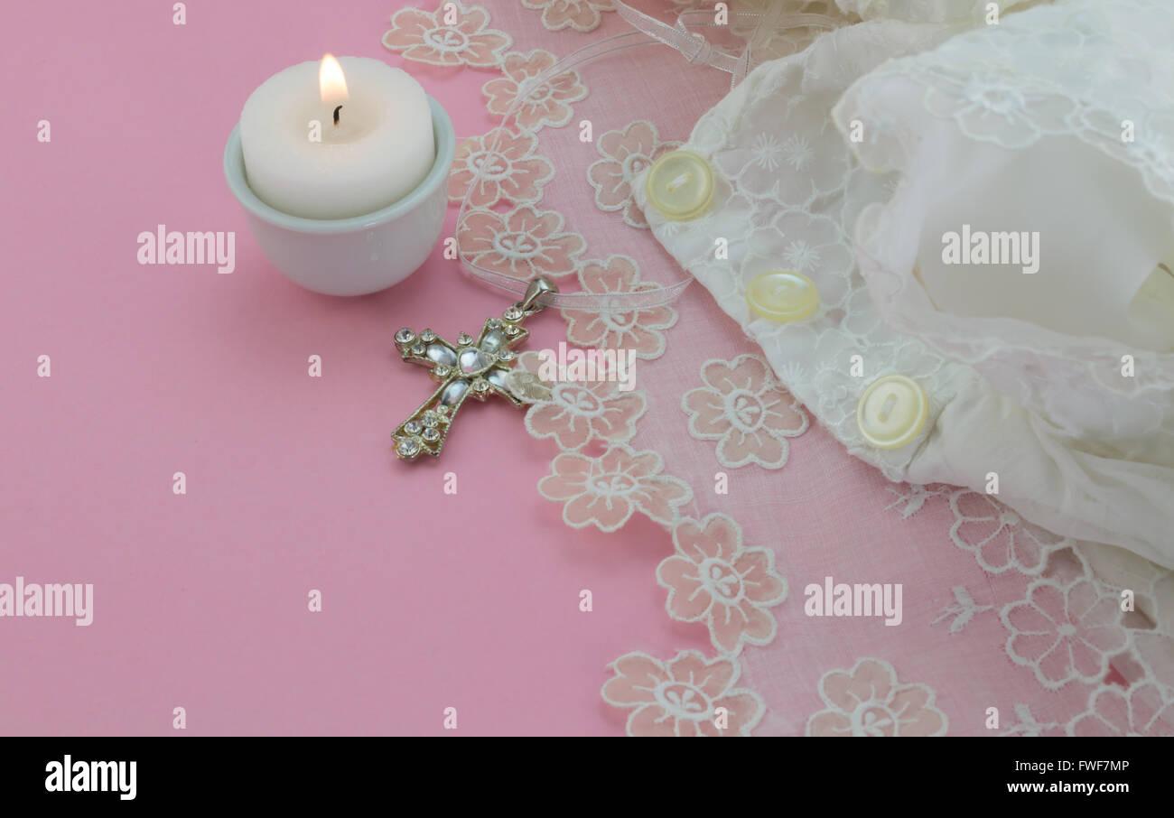 Vintage Battesimo Abito Bambino Su Sfondo Rosa Con La Croce E La