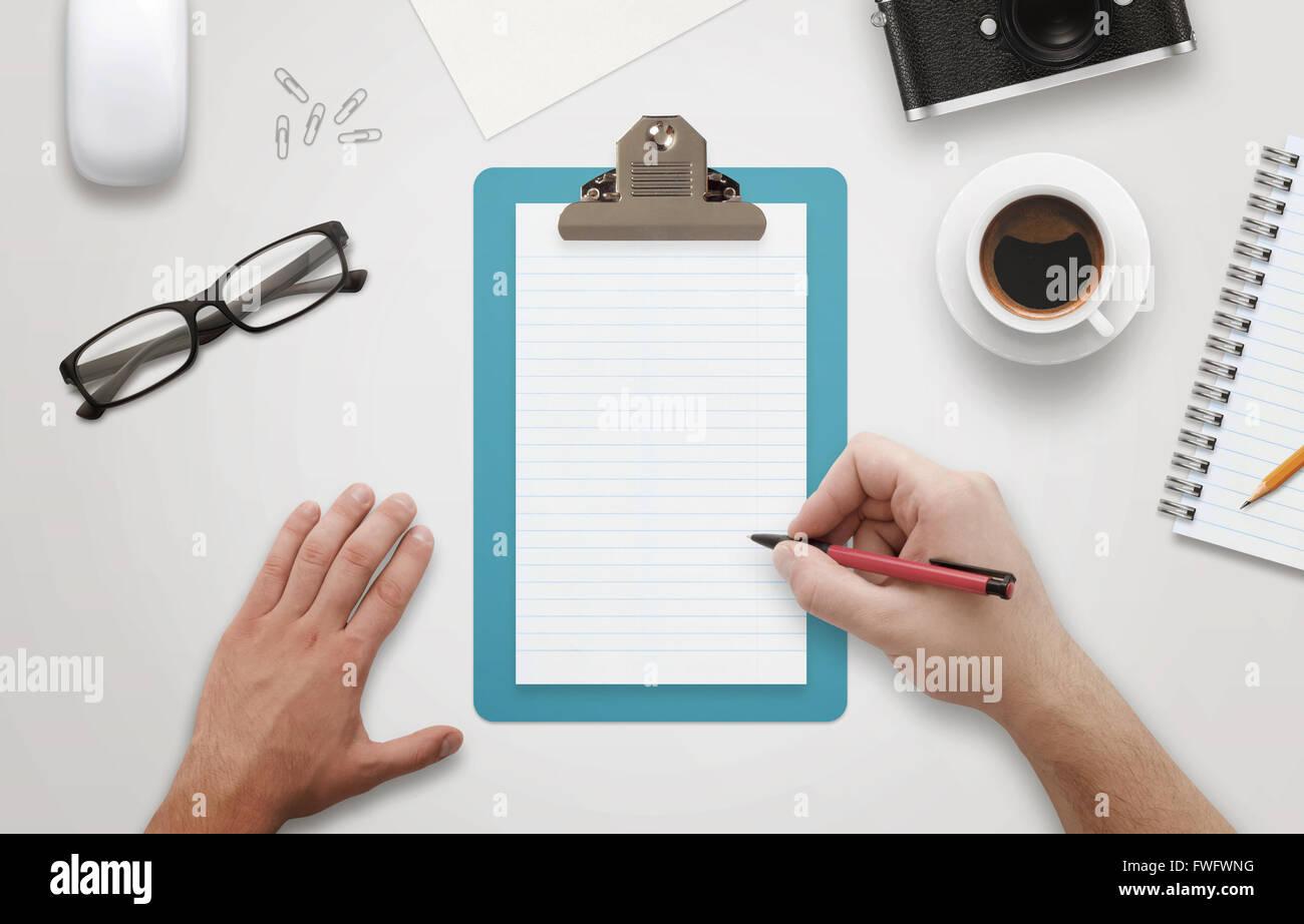Accessori Per Ufficio : Man mano che scrive su notebook circondato con accessori per ufficio