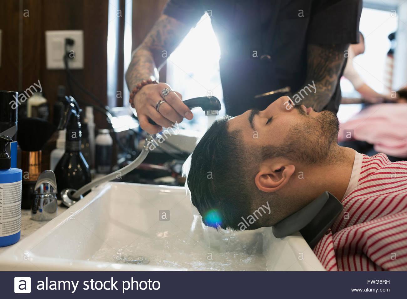 Barbiere uomo di lavaggio Immagini Stock