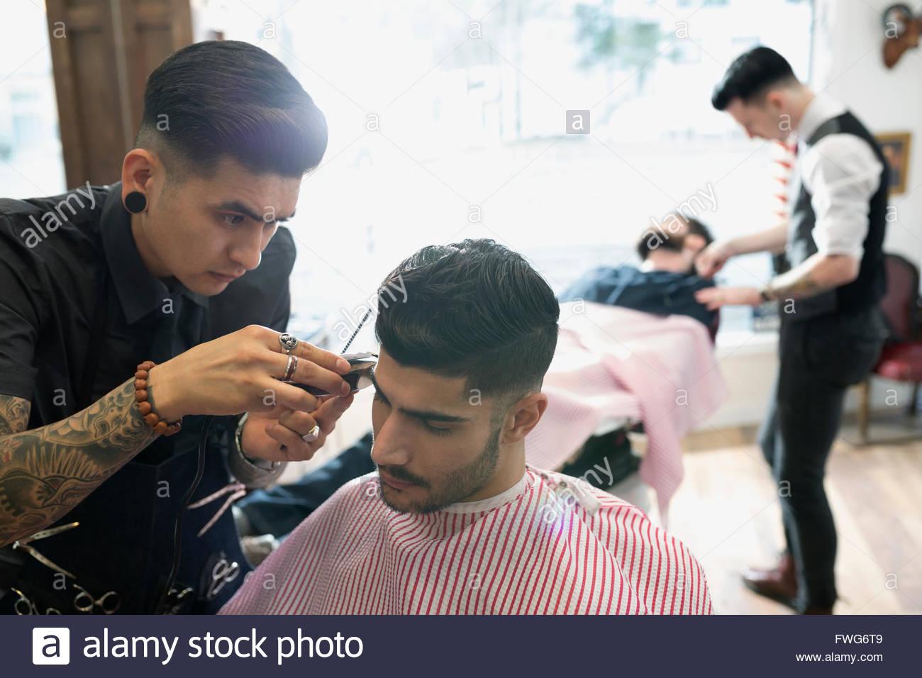 Barbiere uomo a fresare Immagini Stock