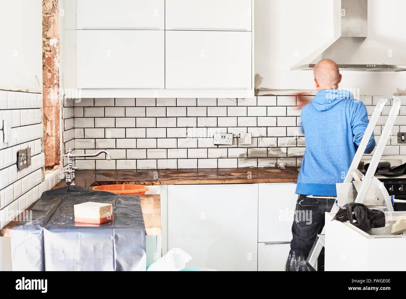 Un uomo che lavora in una cucina nuova un installatore di