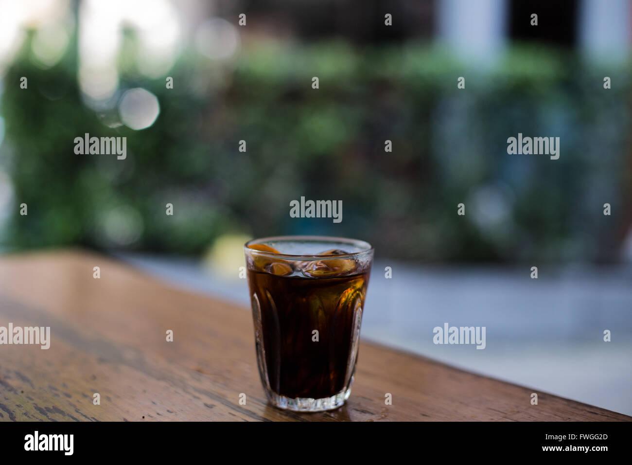 Birra fredda caffè ghiacciato sul tavolo di legno con lo sfondo sfocato Foto Stock