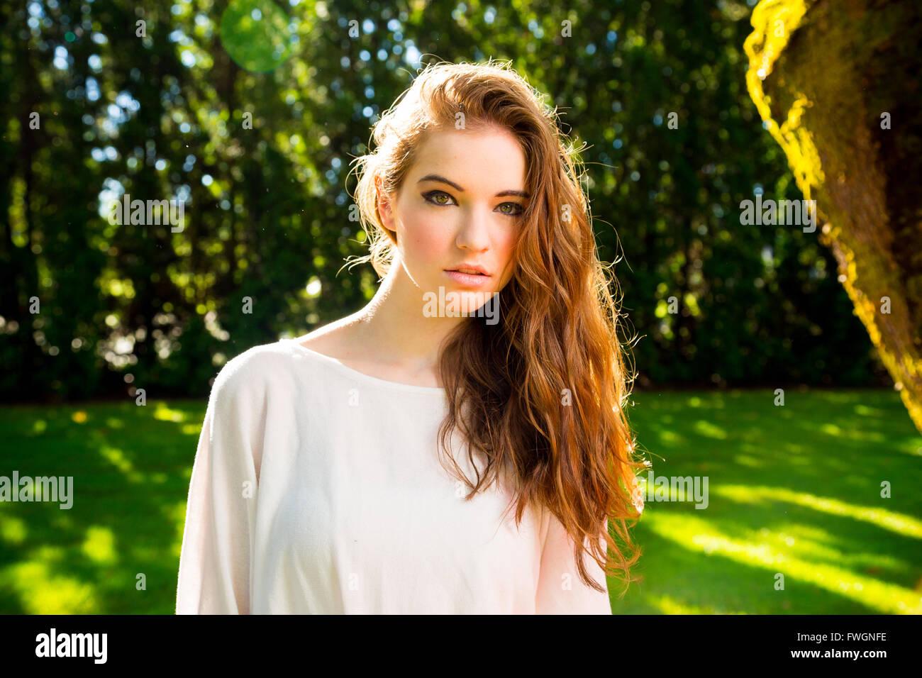 Una giovane e bella ragazza in posa per una moda stile ritratto