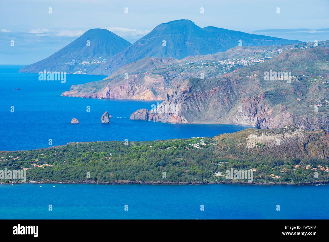 Vista di Lipari e Salina isola, isola di Vulcano, Isole Eolie, UNESCO, a nord della Sicilia, l'Italia, Mediterranea Immagini Stock