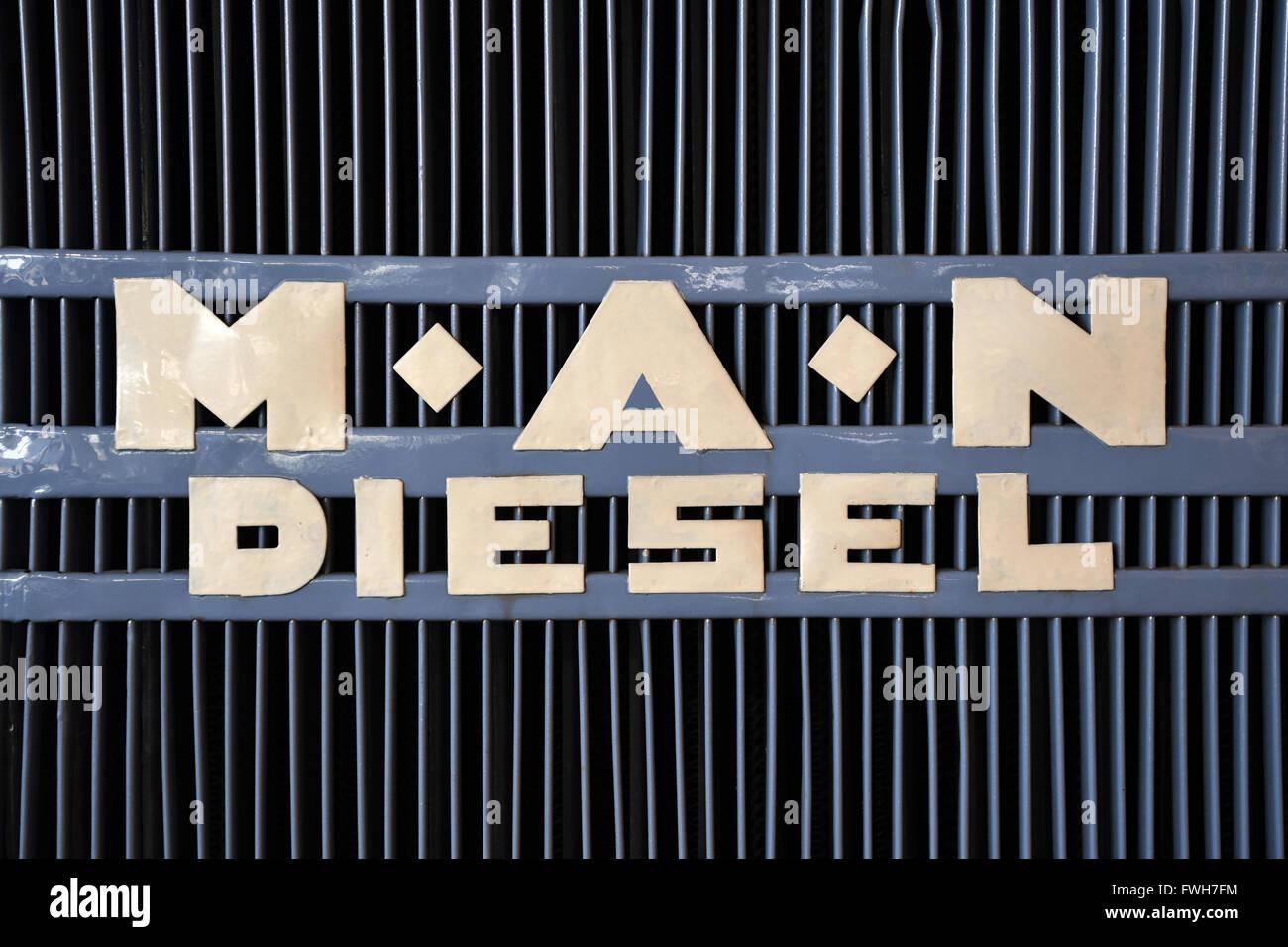 Monaco di Baviera, Germania. 04 apr, 2016. Un logo storico del produttore di autocarri MAN, a Monaco di Baviera, Germania, 04 aprile 2016. Foto: PETER KNEFFEL/dpa/Alamy Live News Foto Stock