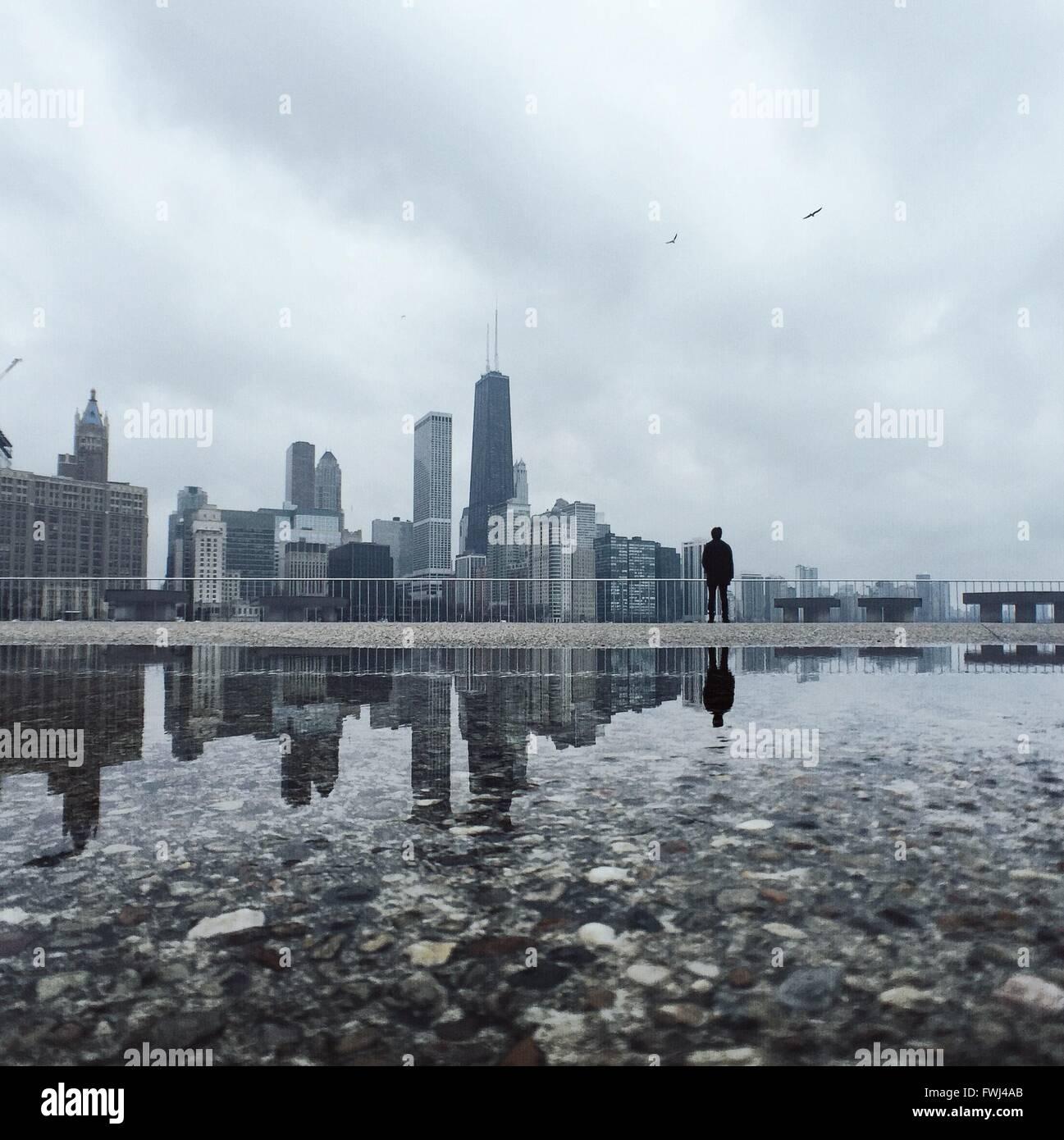 La riflessione di città in acqua Immagini Stock