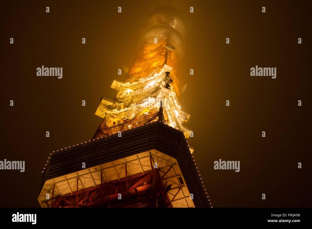 Basso angolo di vista illumina la Torre di Tokyo contro il cielo chiaro al tramonto Immagini Stock