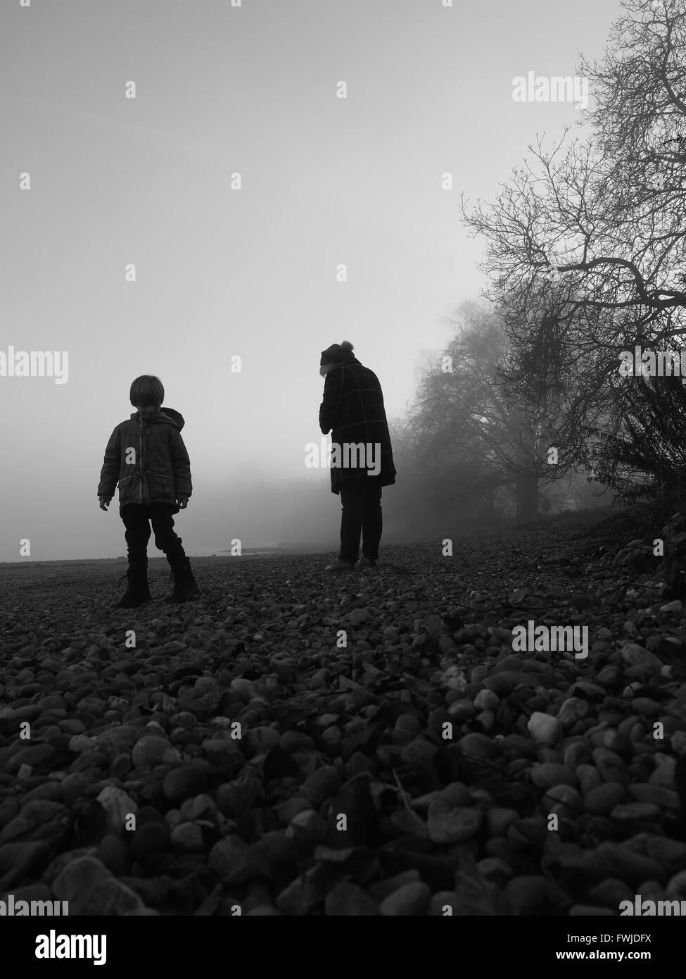 I bambini sul campo durante la nebbia Meteo Immagini Stock