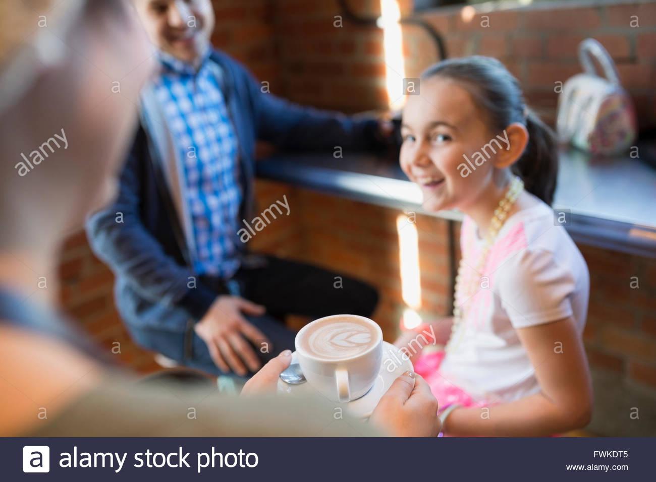 Barista che serve il cappuccino a ragazza in coffee shop Immagini Stock