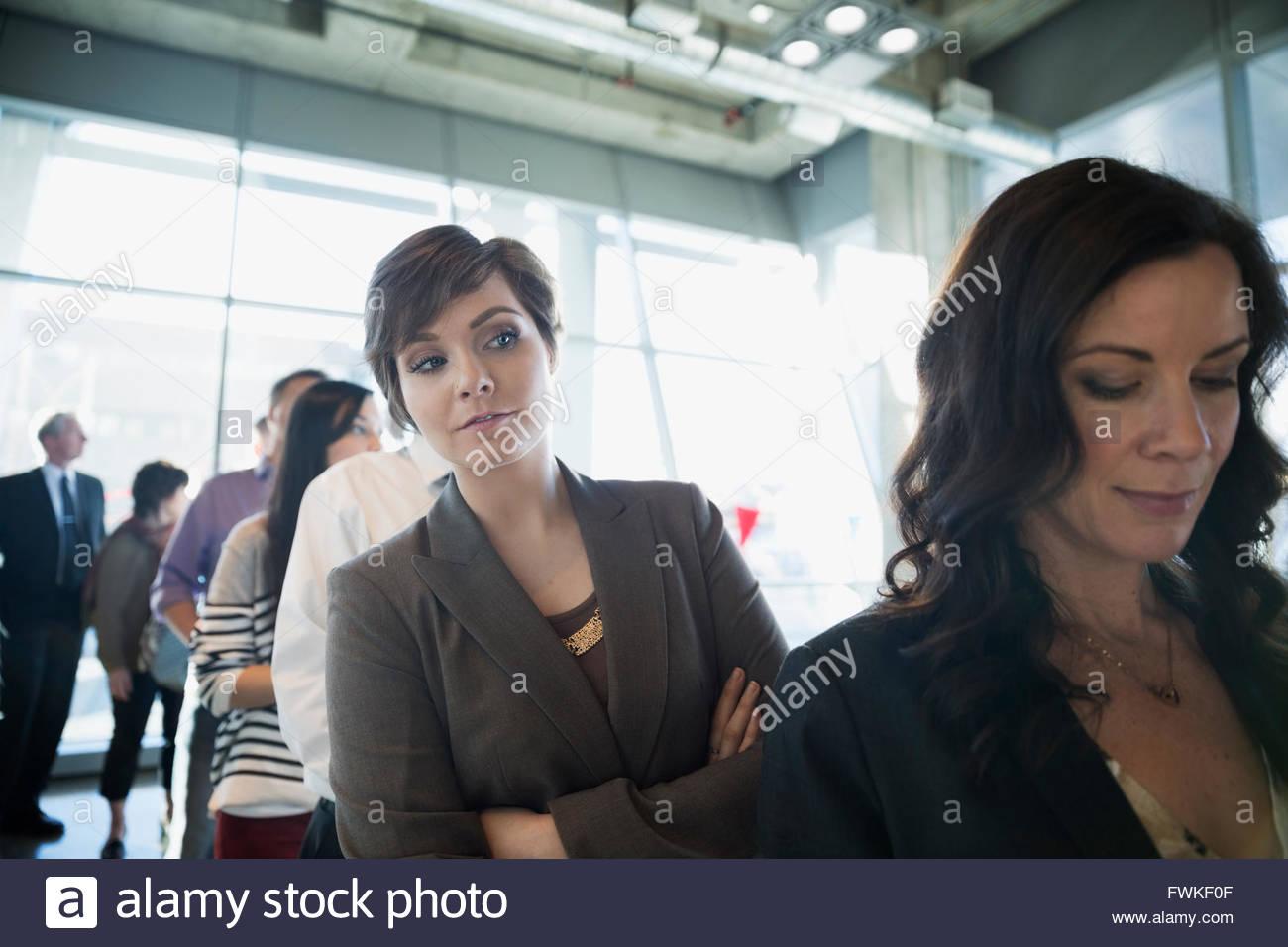 Curioso elettore in attesa in linea al posto di polling Immagini Stock