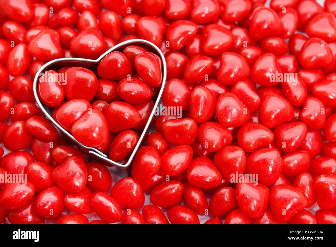 Direttamente sopra il colpo di coltello di pasticceria con cuore rosso forma cibo Immagini Stock