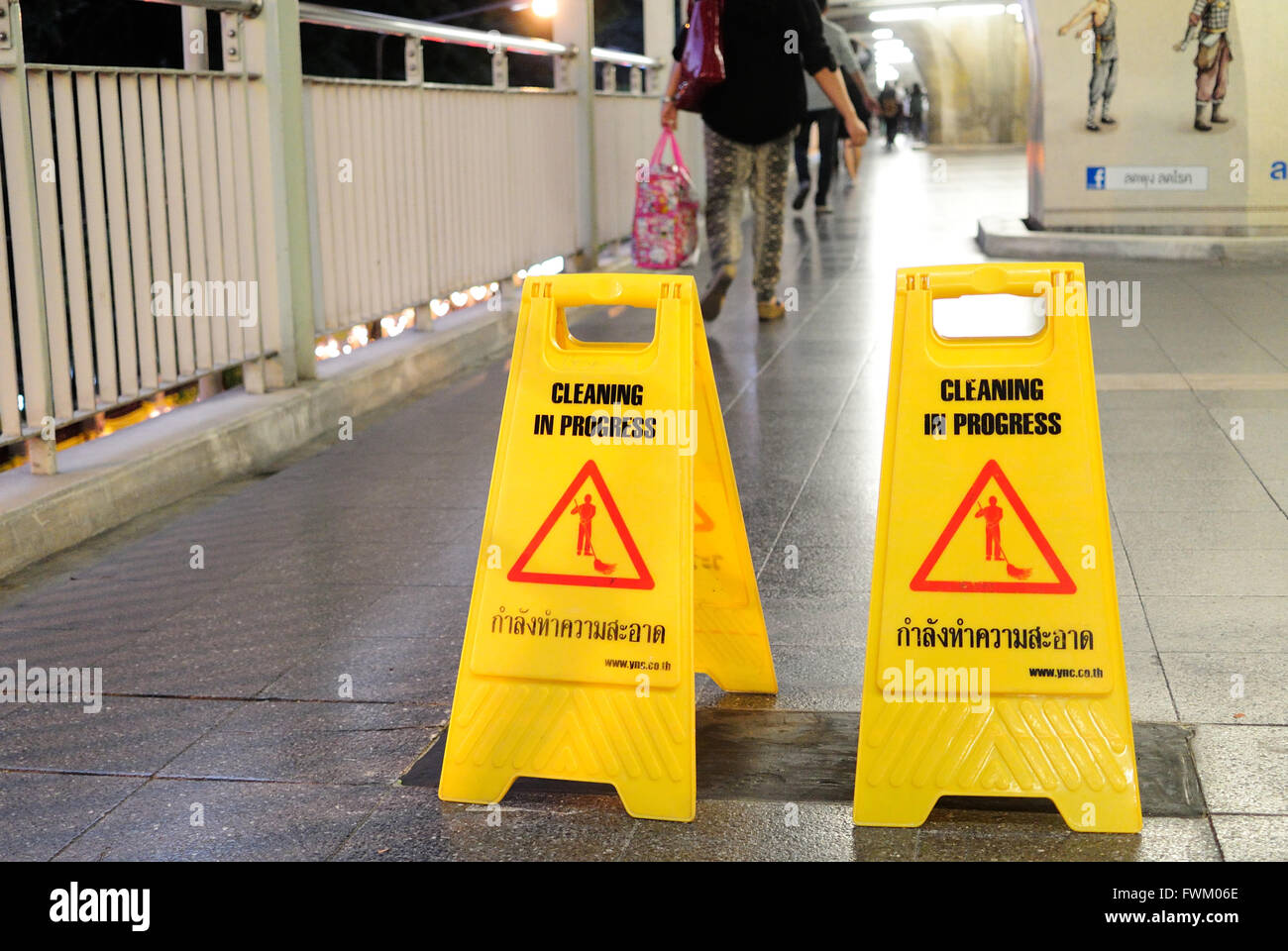 Attenzione pavimento bagnato segni sul marciapiede foto & immagine