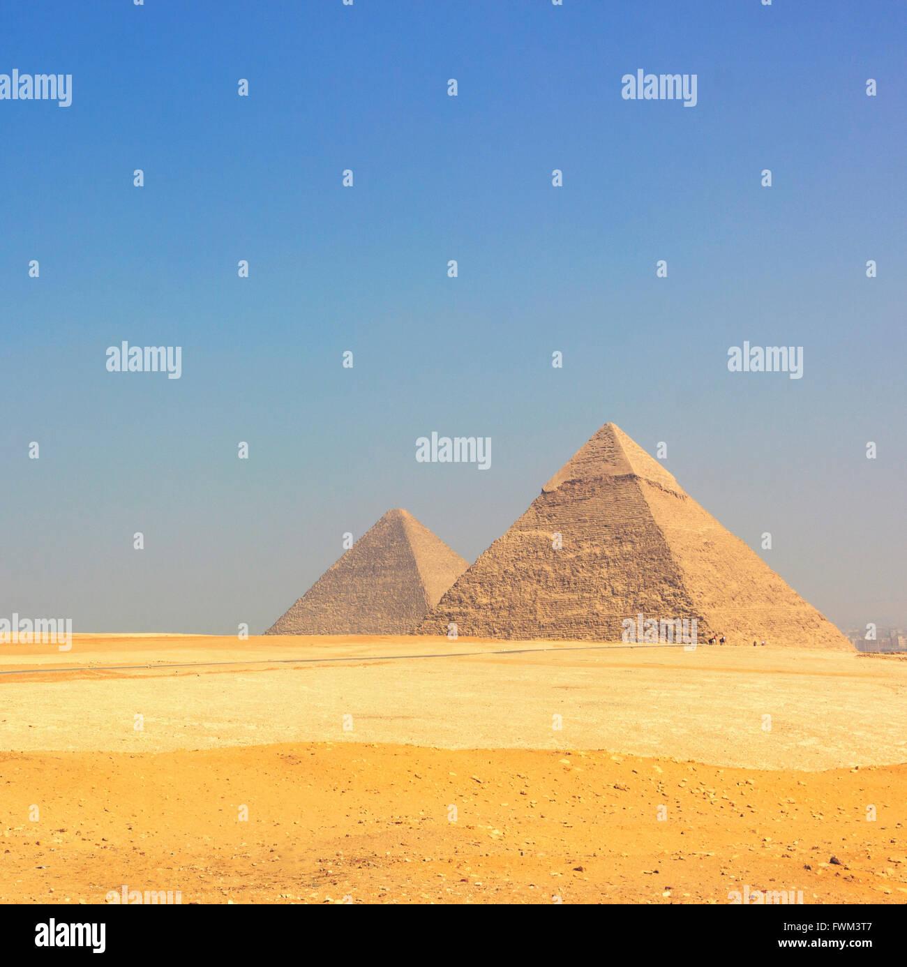 Vista panoramica delle piramidi di Giza contro il cielo chiaro Immagini Stock