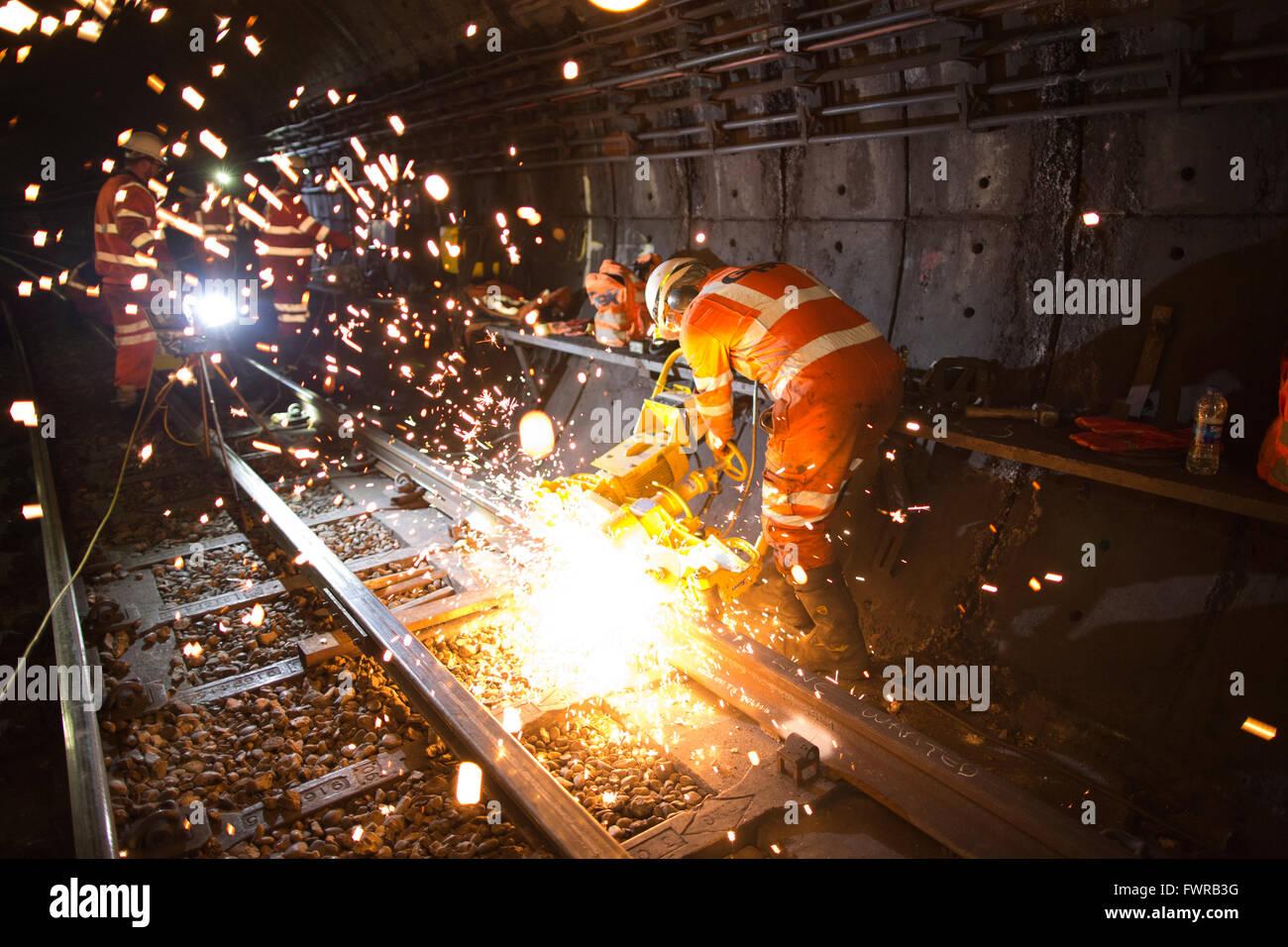 Gli ingegneri di sostituzione di macinazione via componenti dopo utilizzando thermite saldatura sulla metropolitana Immagini Stock