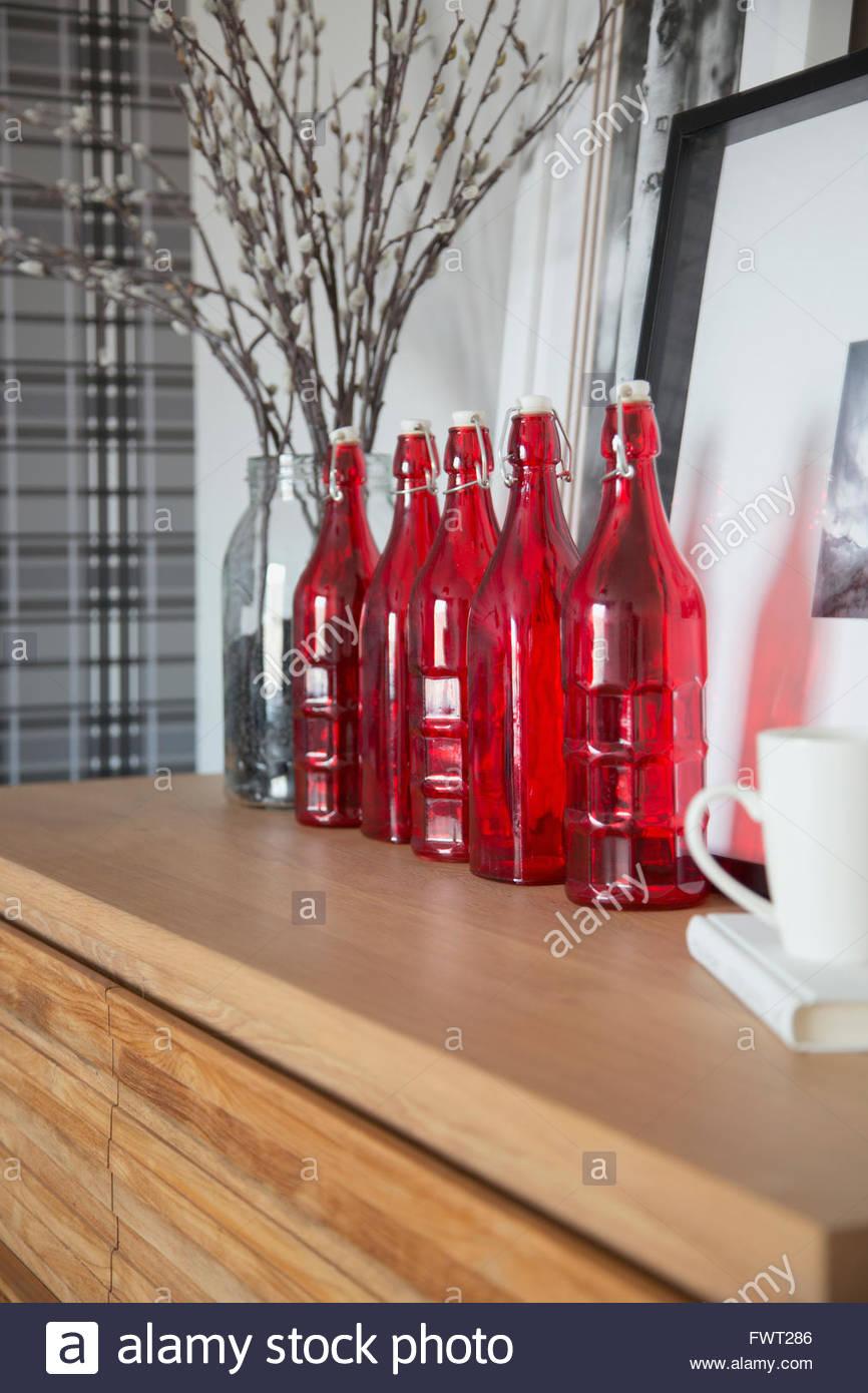 Vetro rosso bottiglie di accento sul contatore Immagini Stock