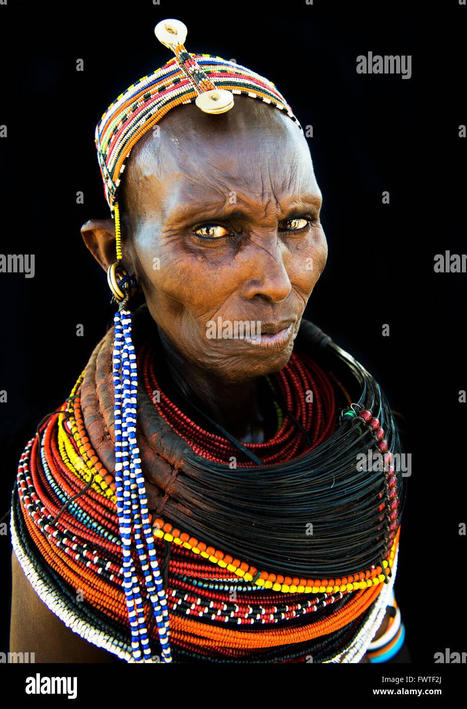 Ritratto di una donna Rendille dal nord del Kenya. Foto Stock