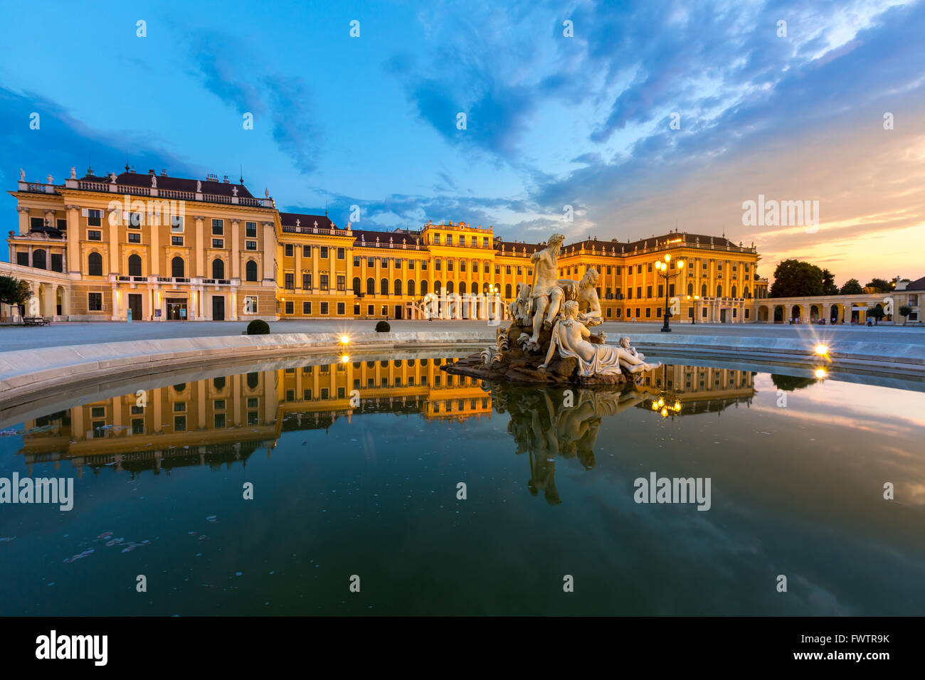 Palazzo di Schonbrunn Vienna Austria al crepuscolo Immagini Stock