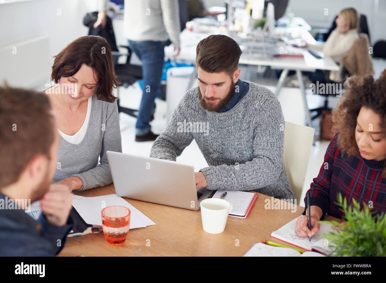 Elevato angolo di visione del Business Meeting nel moderno ufficio occupato Immagini Stock