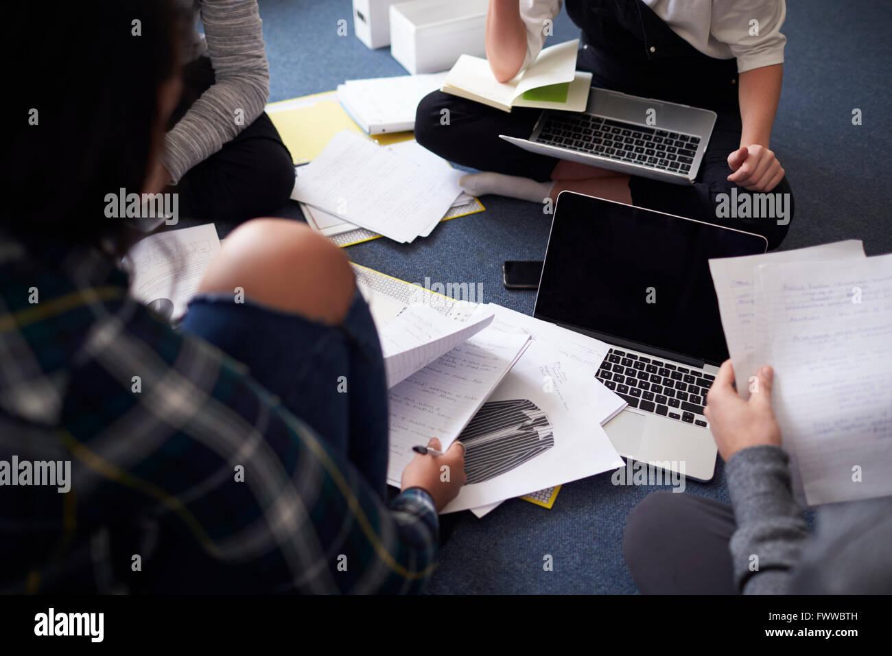 Gruppo di studenti di collaborare su progetto insieme Immagini Stock