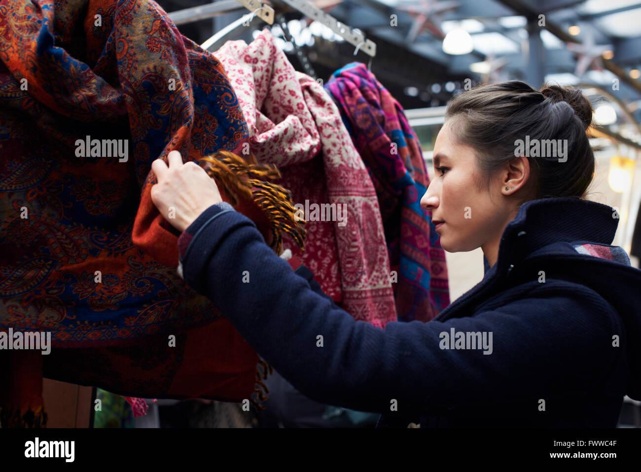 Giovane Donna Shopping nel mercato coperto Immagini Stock