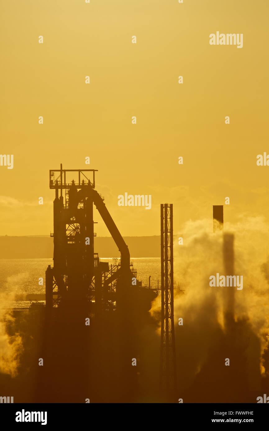Tata Steel Works, Port Talbot, South Wales, Regno Unito. Sun cubetti oltre Tata Steel Works, Port Talbot. Foto Stock