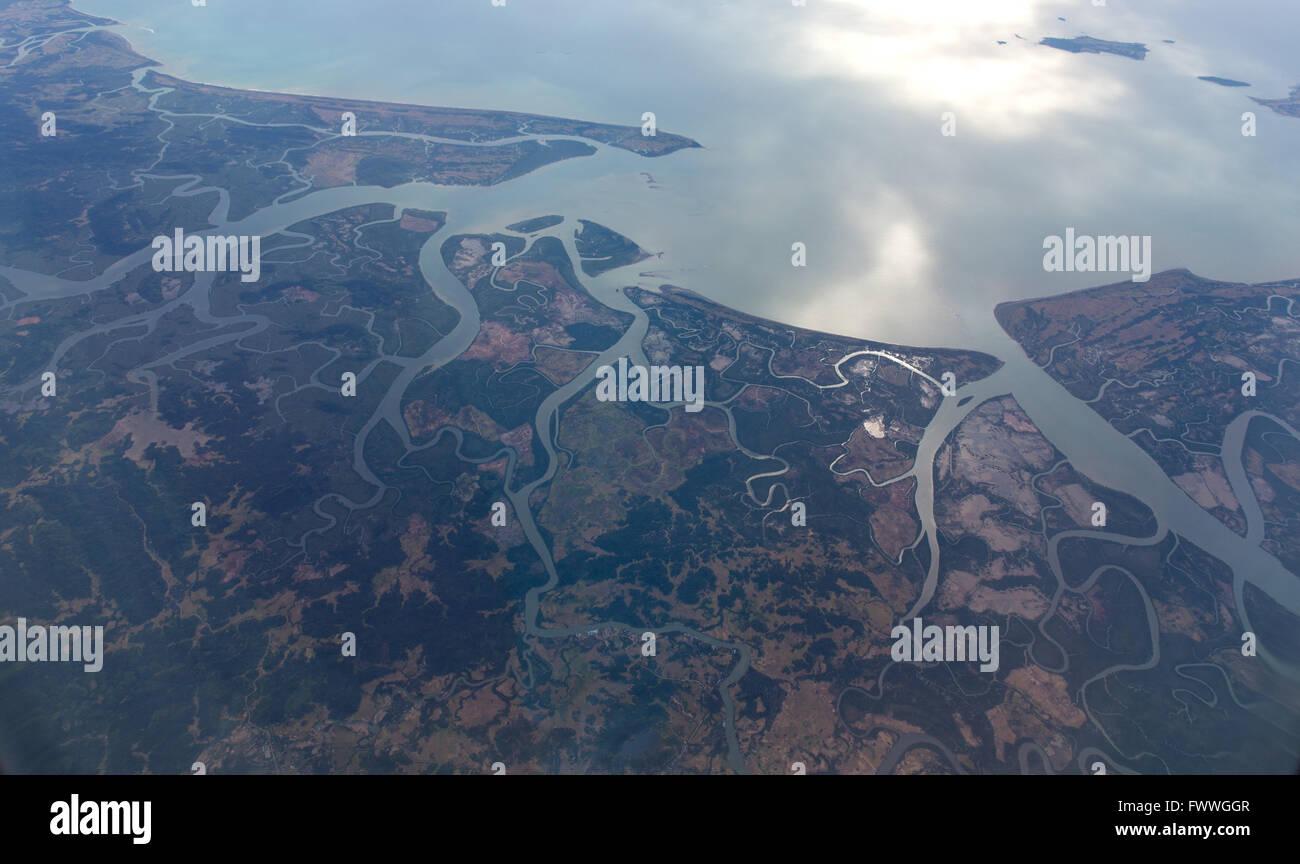 Vista aerea, fiume Irrawaddy Delta, Golfo di Martaban estuario, sul Mare delle Andamane, Myanmar Immagini Stock
